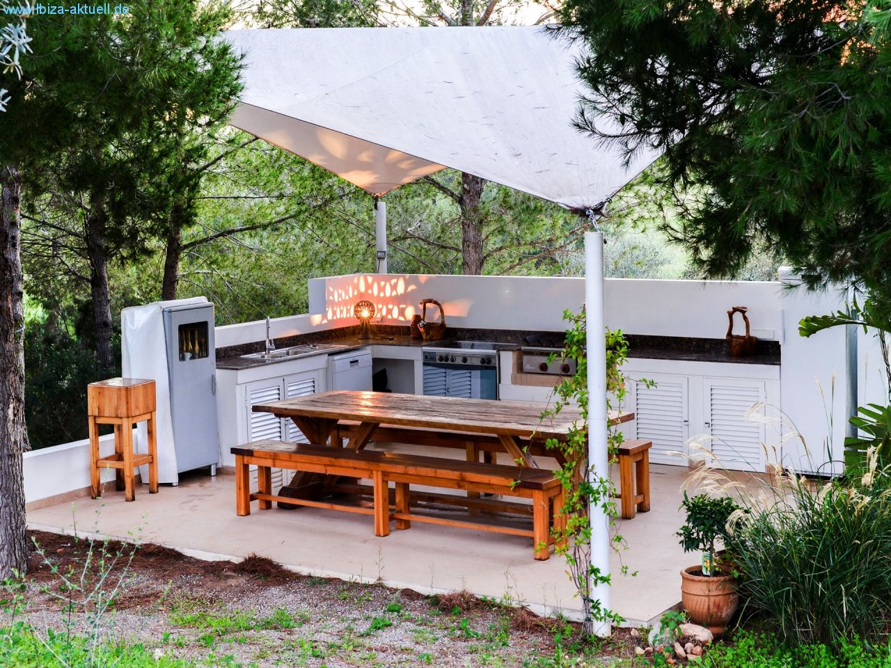 outsidekitchen with shadowed dining