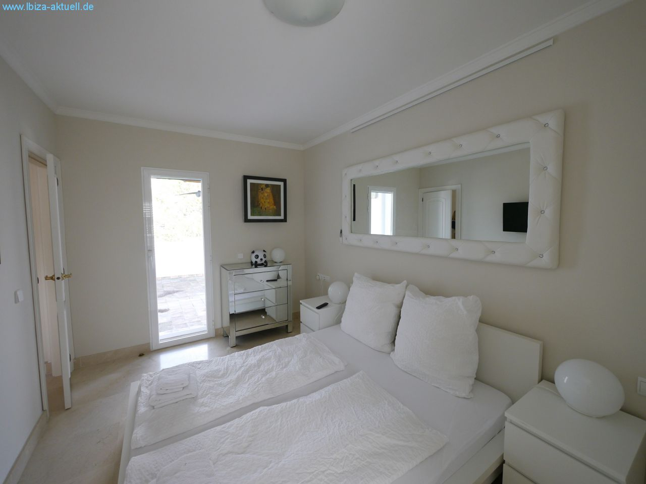 upper bedroom righthandside with terace
